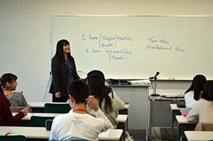武井准教授による「お互いの特徴を英語で表現する」授業