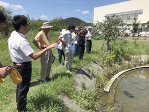 自然学習体験園にて熱心に話を聴く受講生